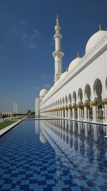 sheikh zayed mosque reflective pool