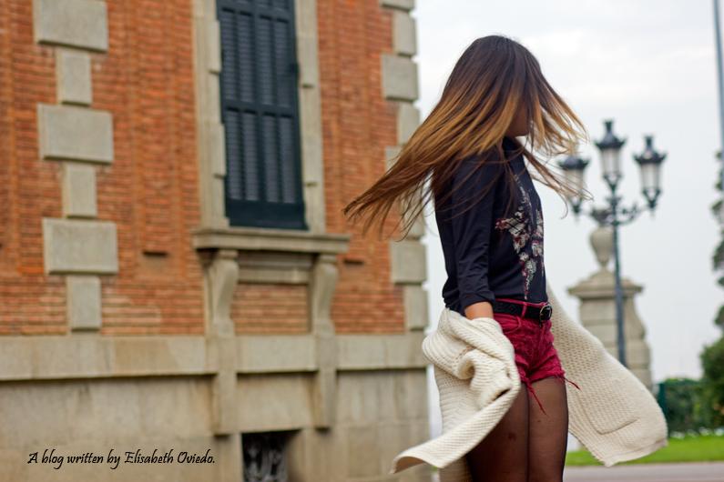 shorts rojos y cardigan blanco cuñas negras con flecos MARYPAZ EL CORTE INGLES HEELSANDROSES (8)