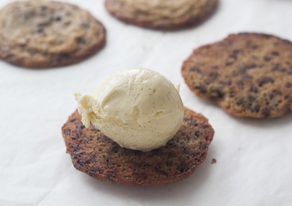 Is-sandwich med cookies og vaniljeis (2)