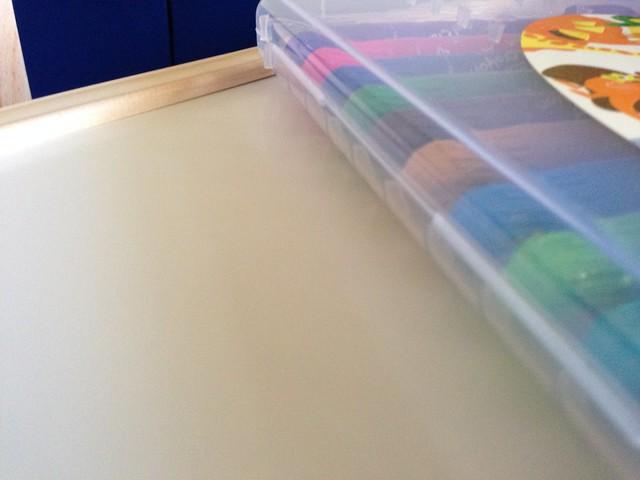 選購的原因之一:邊緣有凸起,可以擋住往外滾的筆或玩具