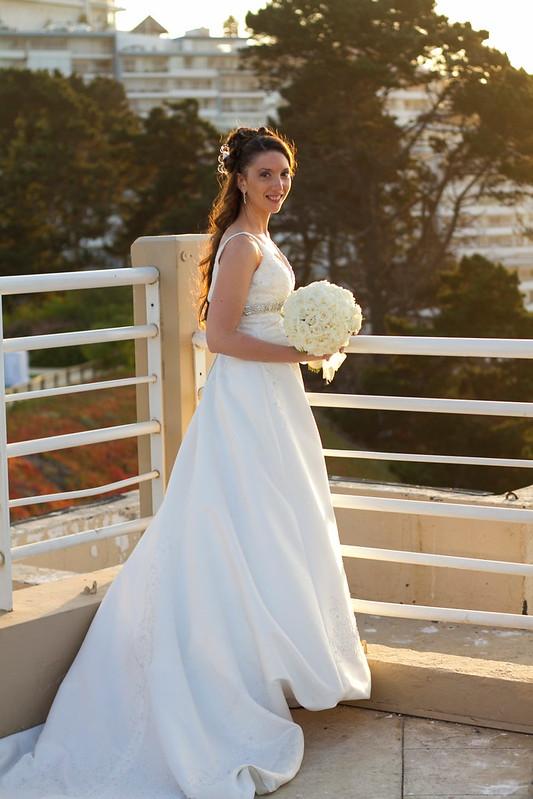 La novia posando frente al atardecer