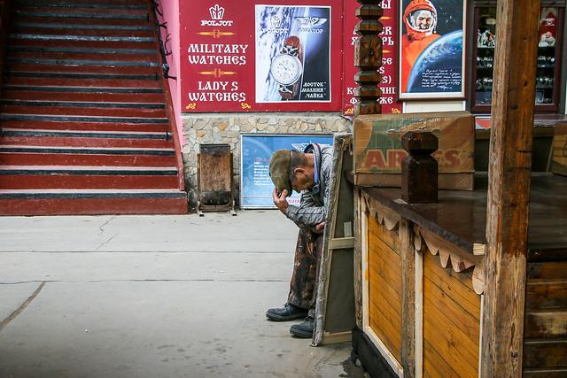 A man in Izmailovsky flea market, Moscow, Russia モスクワ、ヴェルニサージュ(蚤の市)にて