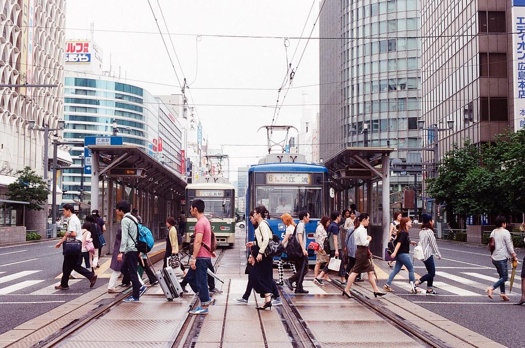紙屋町西 広島 Hiroshima 2015/09/01 紙屋町西,在這裡我想拍路面電車與行人穿越。我想要拍舊一點的電車,所以等了一下。  Nikon FM2 Nikon AI Nikkor 50mm f/1.4S Kodak UltraMax ISO400 Photo by Toomore
