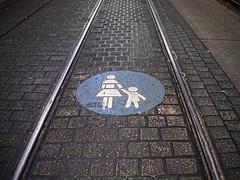 Fußgänger! Auf den Schienen gehen!