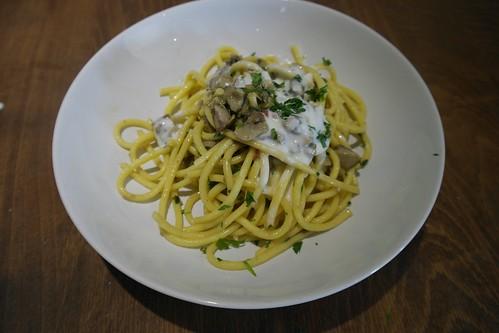 spaghetti con vongole, porcini e panna acida