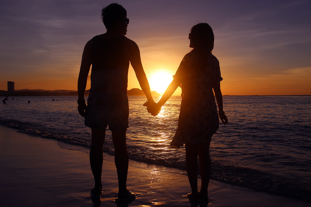 Tumon Bay, Guam, US / Sigma 35mm / Canon 6D 趁太陽降下海平面的時候拍下,我好喜歡這張,喜歡女孩右手糾著的感覺。  很羨慕這樣的畫面!  不過在拍這兩位的時候,在沙灘上面等很久,以為被放鴿子了!但還好有趕上!  看別人成雙成對好像也不錯。  Canon 6D Sigma 35mm F1.4 DG HSM Art IMG_0080 Photo by Toomore