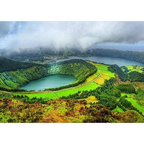 Азоры - вулканические острова. Все долины и озёра - это кратеры древних вулканов.  #Azores #Азоры #Атлантика #yachtschool #sailing #sailingschool #yacht #yachting #яхтдрим #яхтинг #яхтклуб #yachtlife