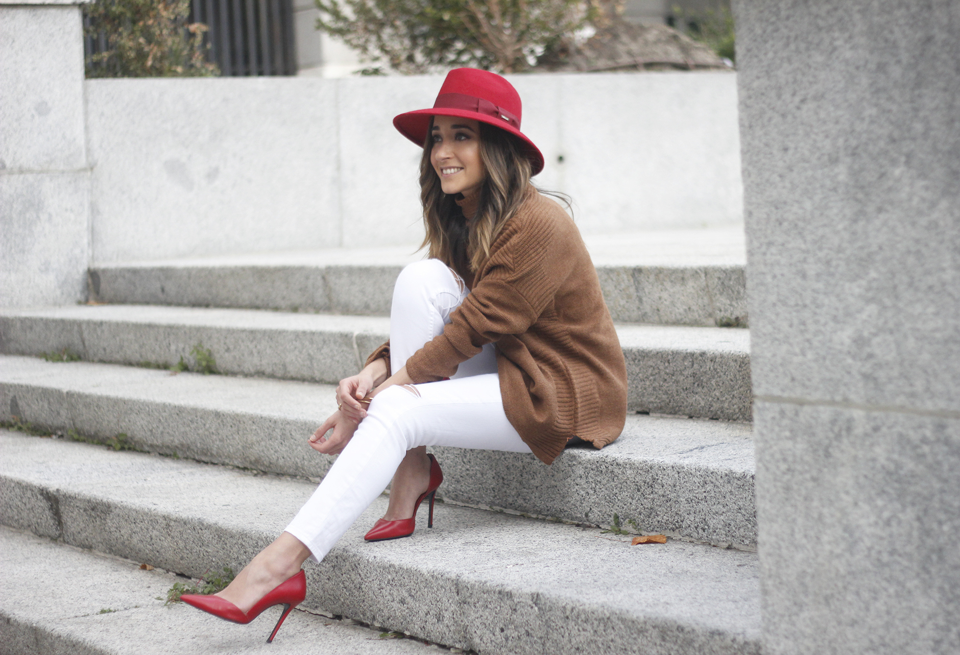 Turtleneck Sweater white jeans red heels red hat uterqüe outfit17