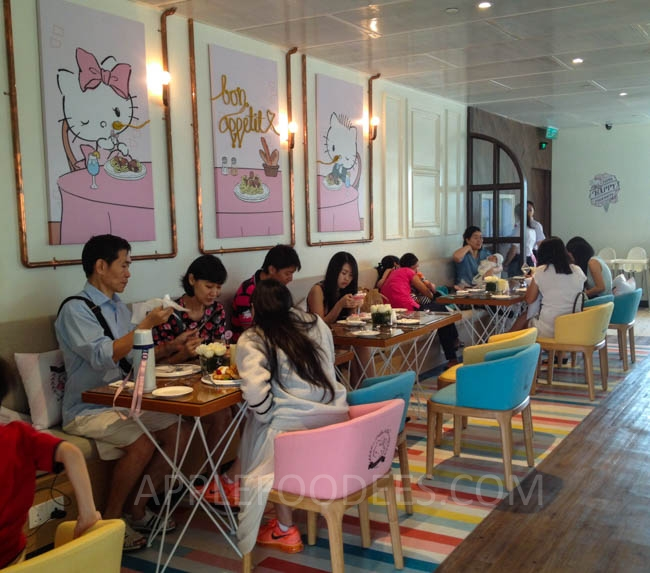 hello-kitty-cafe-customers-3