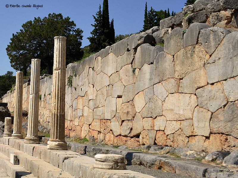 Columnas dentro del recinto arqueológico de Delfos (Grecia)