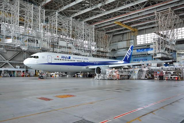 整備工場に止まっている飛行機の全体像の写真