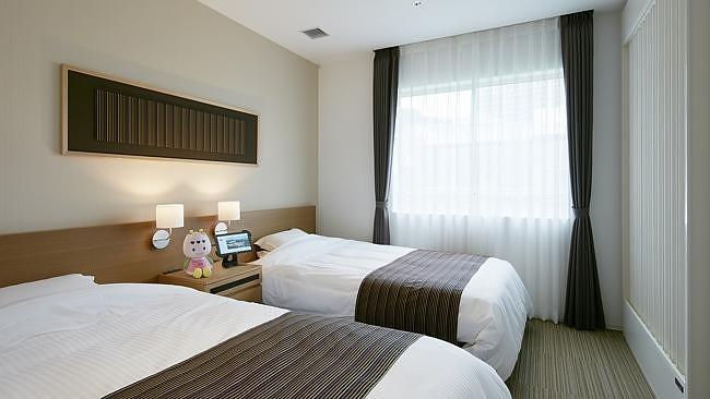 Trong khi các nhân viên người máy này chưa thích nghi được với các yêu cầu tiêu chuẩn của khách sạn như dọn giường, gọi taxi cho khách, khách sạn tính mức giá phòng chỉ từ 80 USD/đêm.