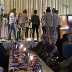 Blick über die festlich geschmückten Tische zum Krippenspiel auf der Bühne