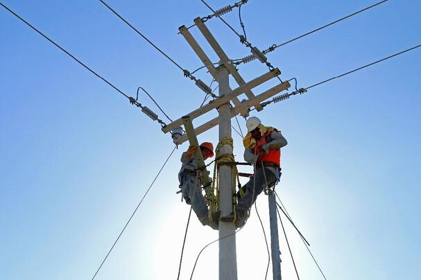 Falla suministro eléctrico en Monterrey por fuertes vientos