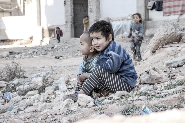 O noticiário não segue os acontecimentos local; comentaristas e repórteres estão sentados frente a seus computadores - Créditos: UNICEF/UN013175/Al-Issa