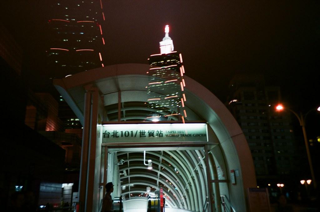 Taipei 101 / Lomo LC-A+ / Splitzer 2015/10/22 買了一個 Lomo Splitzer 分割器來拍看看,但有些畫面拍起來還是有點怪怪的。  Lomo LC-A+ AGFA VISTAPlus ISO400 2189-0017 Photo by Toomore