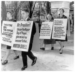 Sobell family pickets the White House: 1962