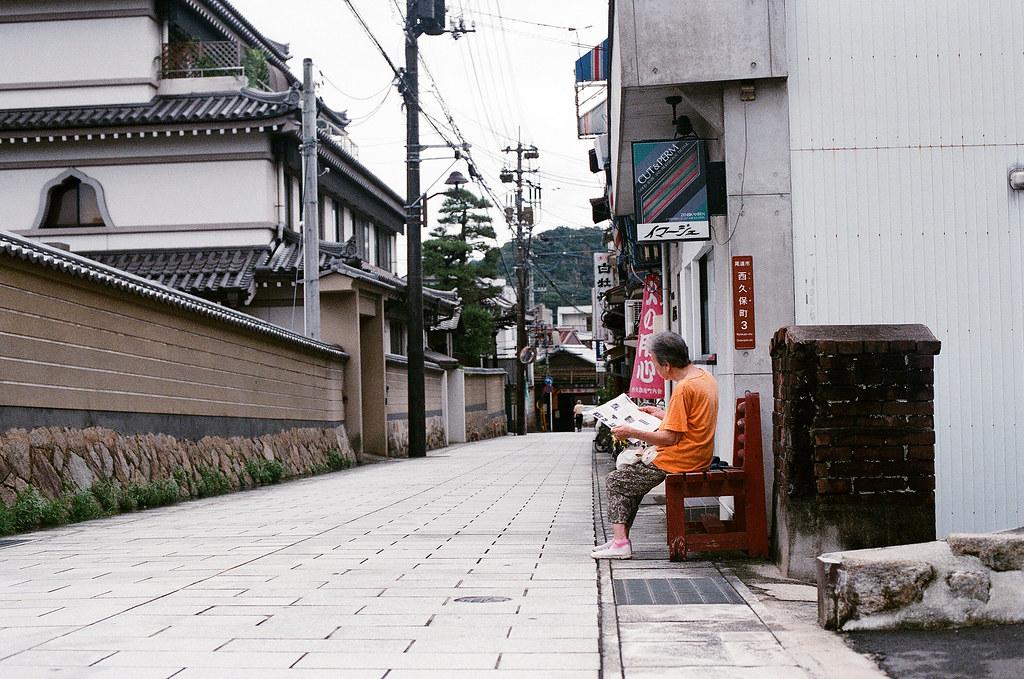 西國寺 尾道 おのみち Onomichi, Hiroshima 2015/08/30 在路旁看報紙的婦人。  Nikon FM2 / 50mm AGFA VISTAPlus ISO400 Photo by Toomore