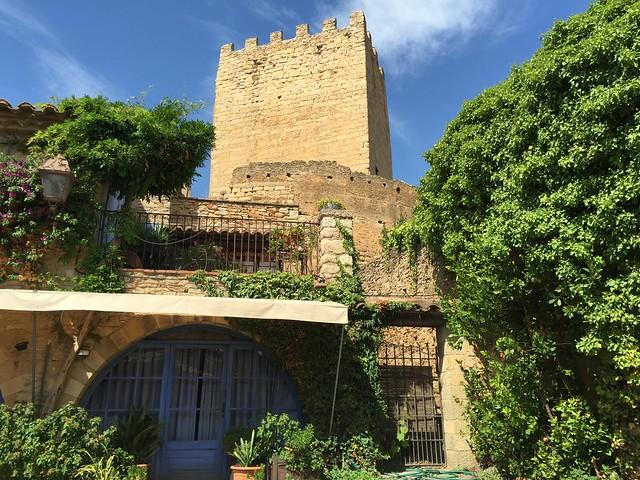 Al fondo la torre del homenaje del Castillo-Palacio de Peratallada (Costa Brava, Girona)