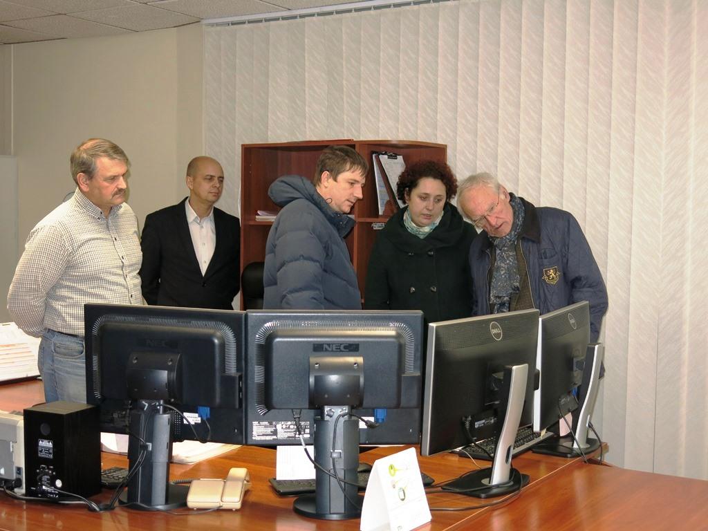 Немецкая делегация осматривает рабочее место горного диспетчера шахты
