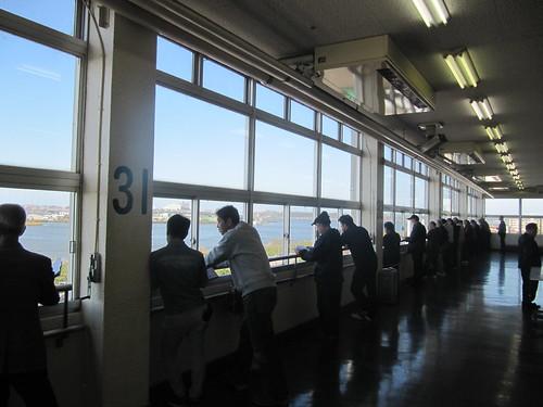 金沢競馬場の3階からパドックを見下ろす人々