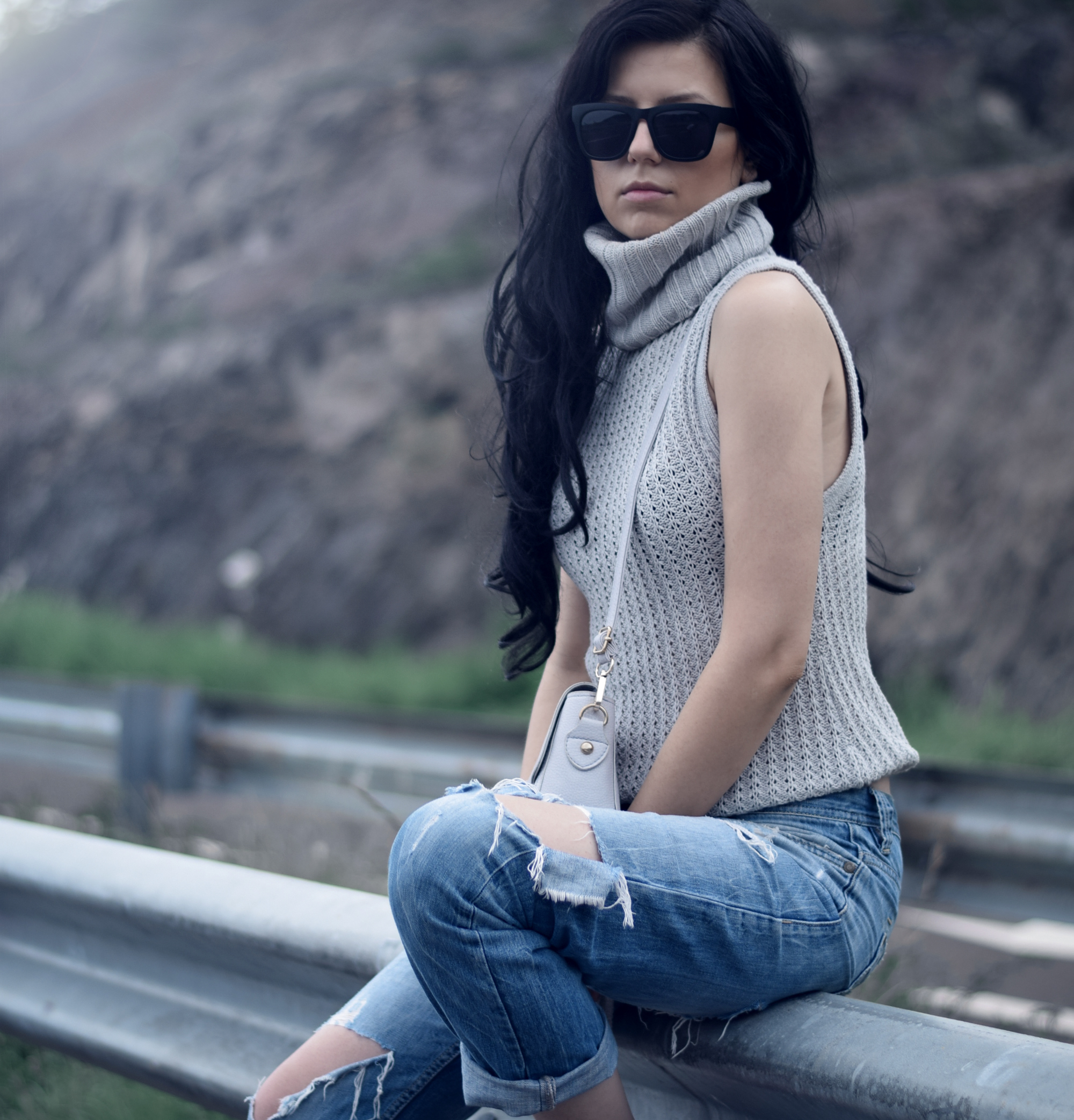 klarge chunky knit vest turtle neck fashionblogger photography ripped blue jeans