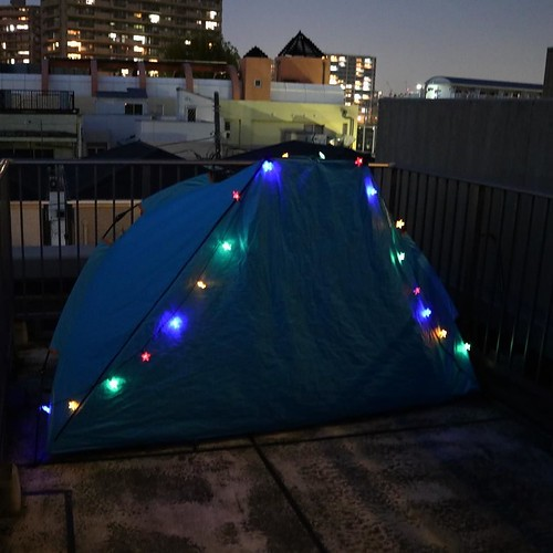 ベランダでプチテント生活。冬用の寝袋が思った以上にかなり快適で、これなら普通に冬でも眠れるね。