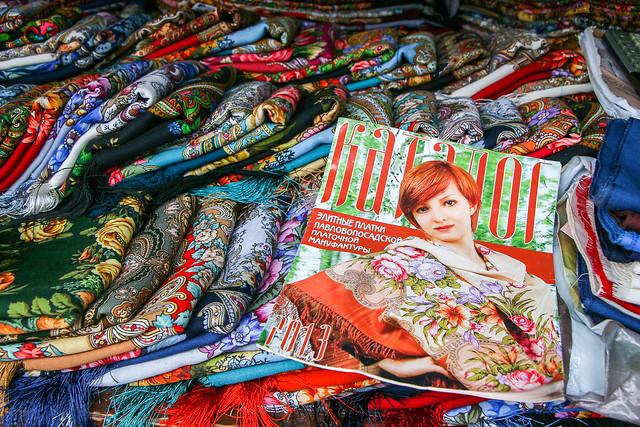 Colorful Russian shawls at Izmailovsky flea market, Moscow, Russia モスクワ、ヴェルニサージュ(蚤の市)のストール屋さん