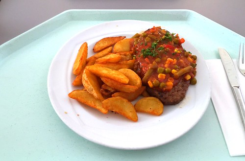 Beef salisbury steak with vegetable salsa & country potatoes / Rinderhacksteak mit Gemüsesalsa & Country potatoes