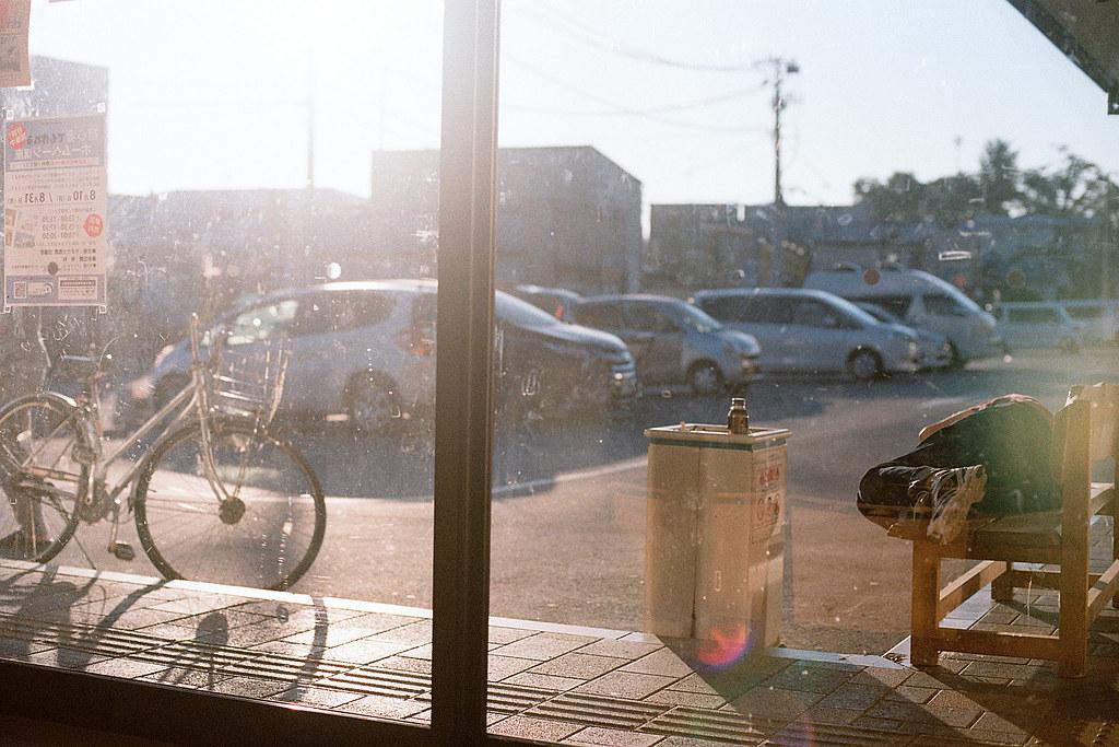 """早晨 岩手 久慈(Kuji) 2015/08/09 這是在久慈觀光案內所旁邊的休息室,我在這裡睡了一個晚上。晚上很冷,我還找到氣窗的旋轉伐關上。那時候我記得還不到早上五點,但太陽已經曬的我腳很燙。  外面是吸菸區,長椅上有一個人在睡覺。我起來之後看一看他還有在呼吸,只是納悶為什麼沒有進來裡面的長椅睡覺,外面不是很冷嗎 ...  Nikon FM2 / 50mm Kodak ColorPlus ISO200  <a href=""""http://blog.toomore.net/2015/08/blog-post.html"""" rel=""""noreferrer nofollow"""">blog.toomore.net/2015/08/blog-post.html</a> Photo by Toomore"""