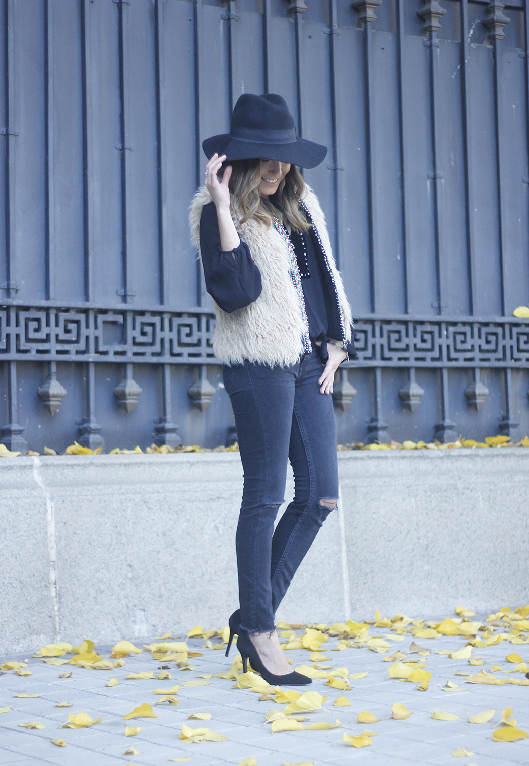 Faux Fur Vest Black Ripped Jeans Outfit24