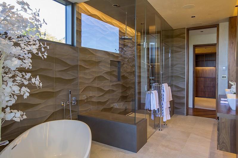 Рельефная плитка в ванной комнате