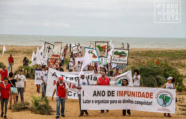 Caminhada vai até praia em Regência (ES), local onde a lama alcançou o mar - Créditos: Comunicação MAB