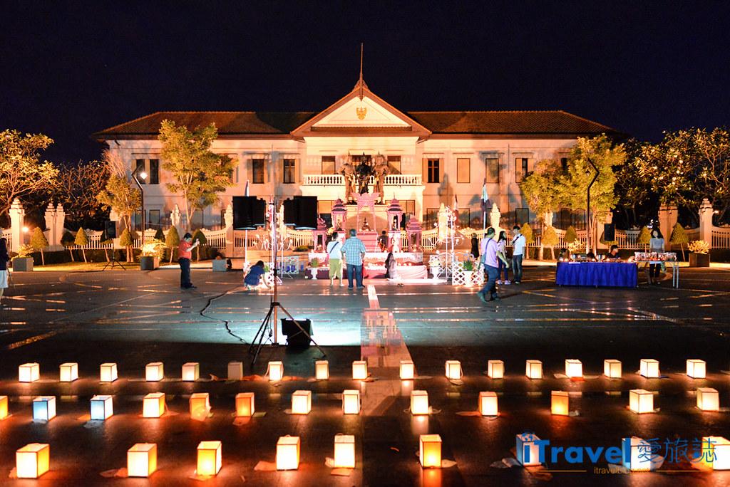 《清迈水灯节》三王纪念碑广场揭开节庆序曲,油烛光影点点虔诚祈福。