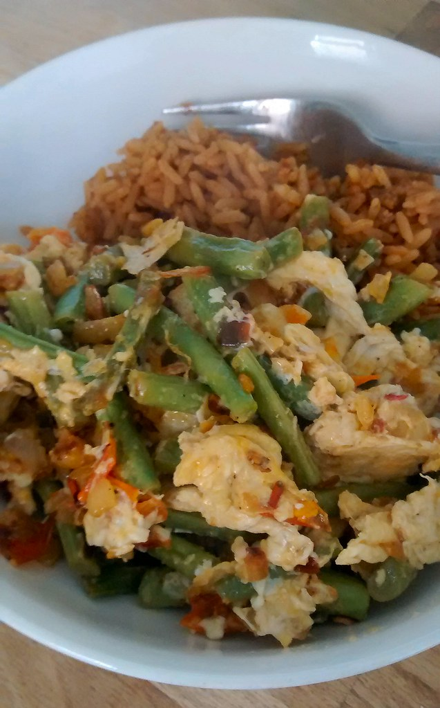 Green beans and eggs in bowl