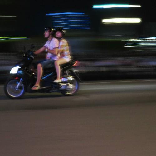 二人乗りは普通。家族四人とか普通に走ってる。