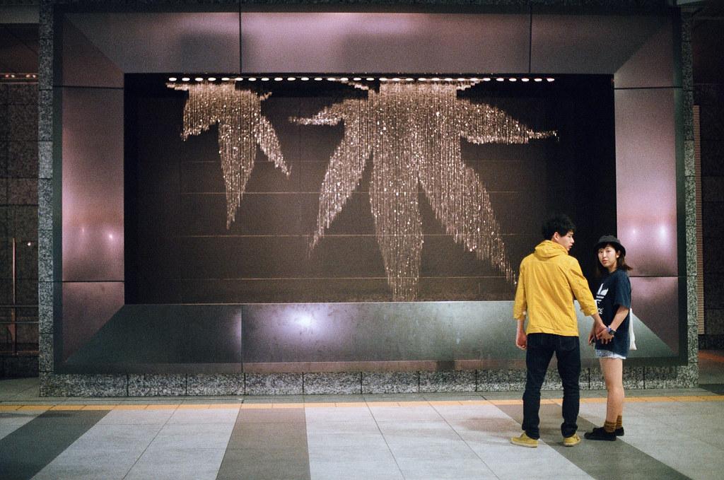 水幕 大阪駅 Osaka 2015/09/21 從姬路回到大阪,這個水幕會有圖樣呈現,有的時候會有時鐘顯示。這是一張被發現在偷拍情侶的畫面。  Nikon FM2 Nikon AI Nikkor 50mm f/1.4S AGFA VISTAPlus ISO400 Photo by Toomore