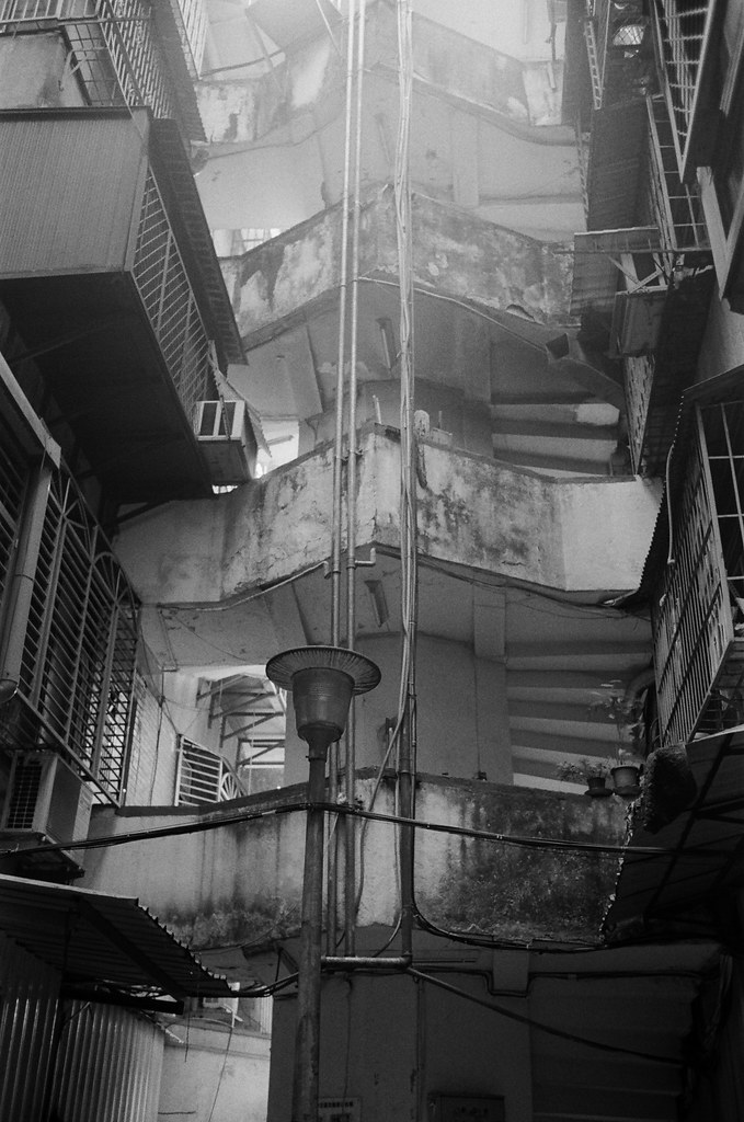南機場夜市 台北 Taipei 2015/11/07 老舊的公寓。  Nikon FM2 Nikon AI AF Nikkor 35mm F/2D Kodak TRI-X 400 / 400TX 2940-0026 Photo by Toomore