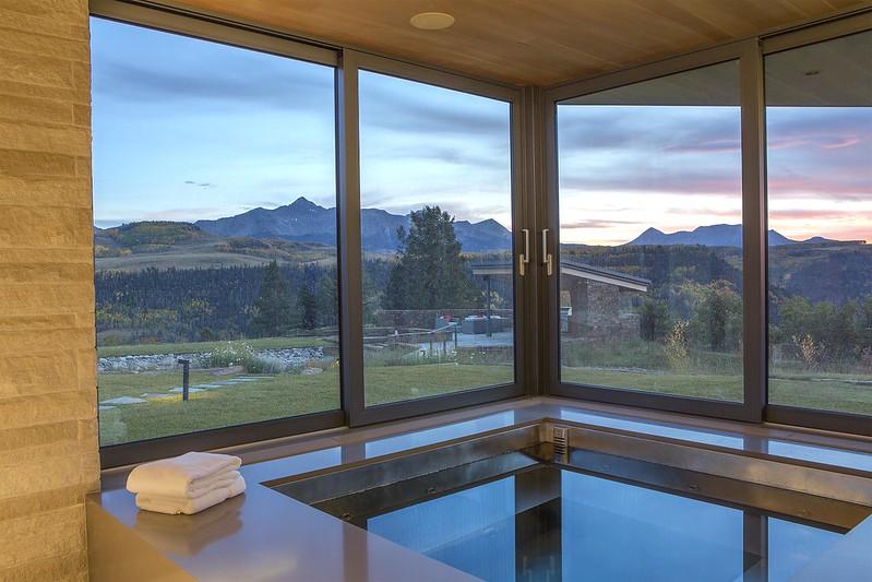 Джакузи в доме с панорамным видом на горы