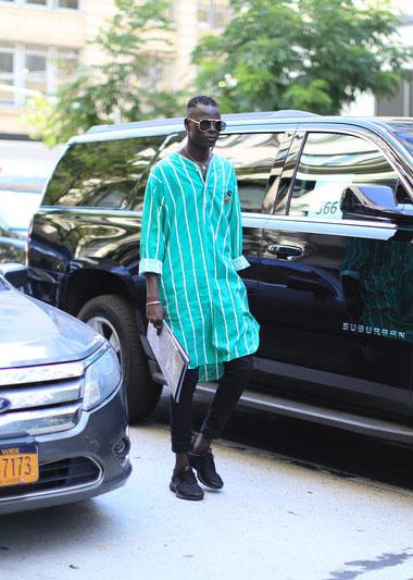 グリーンストライプノーカラーシャツコート×黒スキニー×Nikeエアプレスト黒