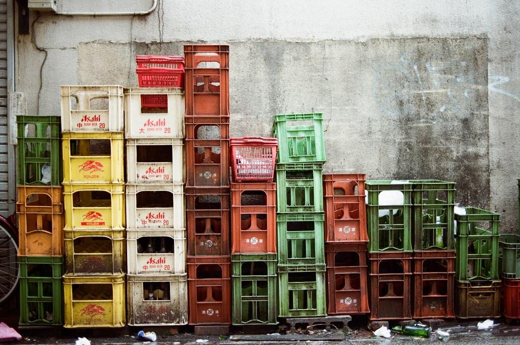 吉祥寺 Tokyo, Japan / Kodak ColorPlus / Nikon FM2 在吉祥寺巷弄路邊的啤酒籃,我想起之前在廣島尾道的時候也拍過類似的,但是那邊的籃子比較乾淨。  好像就是大城市的通病吧!  Nikon FM2 Nikon AI AF Nikkor 35mm F/2D Kodak ColorPlus ISO200 0995-0020 2015/10/01 Photo by Toomore