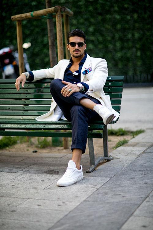 白リネンダブルジャケット×紺スラックス×Filling Piecesの白スニーカー
