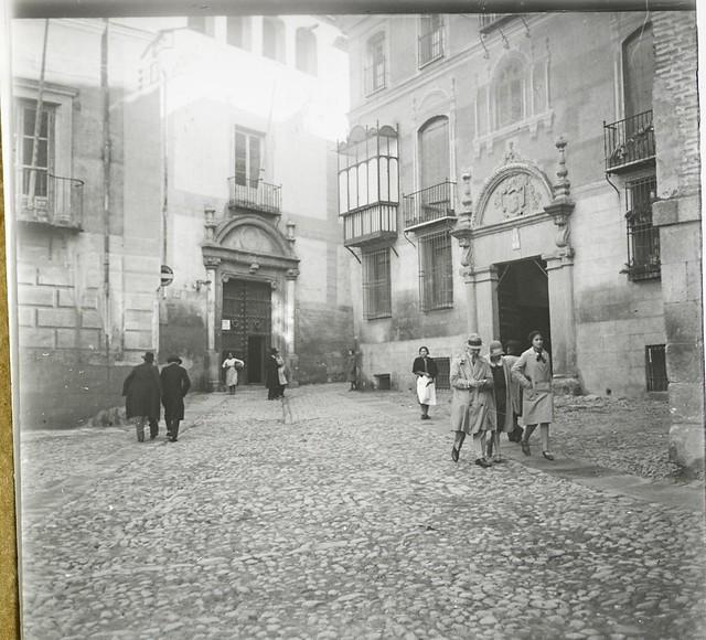 Hospital de Don Diego de Bálsamo y Palacio de Don Diego de la Palma, ambos en la Plaza de san Vicente, hacia 1920. Foto de Francisco Rivera Zarrandicoechea, colección Luis Alba