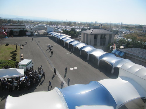 金沢競馬場のスタンドへの通路を上から見下ろす