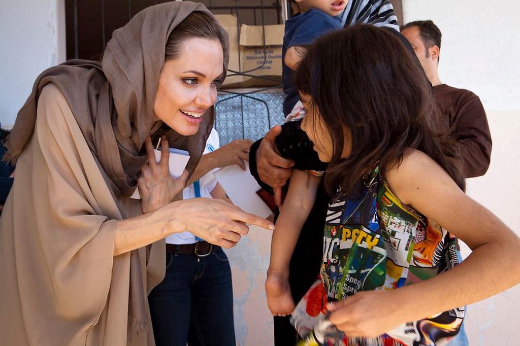 影星安潔莉娜.裘莉(Angelina Jolie)等名人大力參與慈善援助,或多或少強化了「事業有成」更能施予他人的邏輯。(照片來源:UNHCR/Flickr)