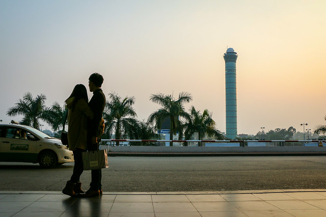 Lovers in Noi Bai International Airport, Hanoi, Vietnam ハノイ、ノイバイ国際空港