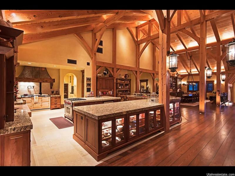 Дизайн кухни с высоким потолком