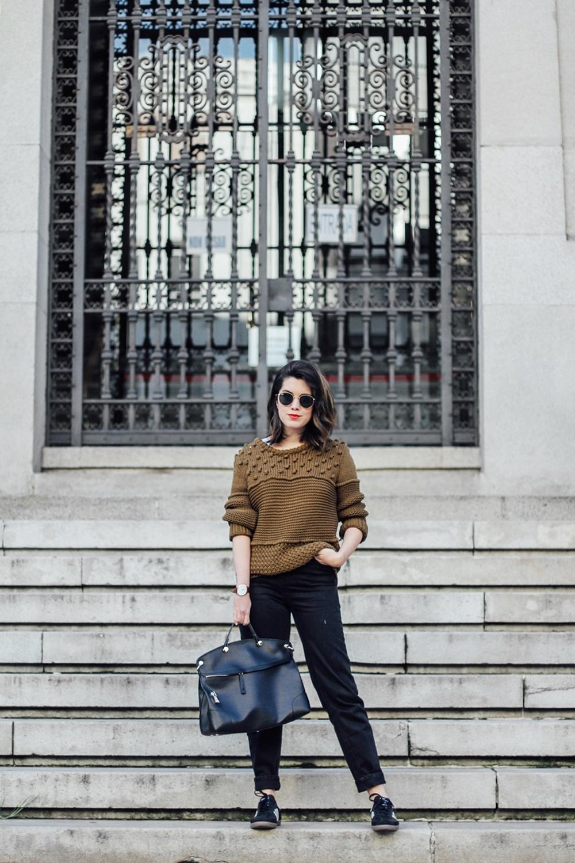 look con jersey verde khaki y mom jeans con adidas samba myblueberrynightsblog