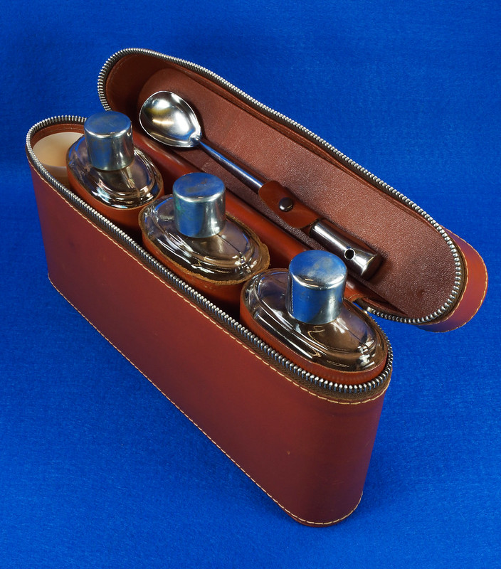 RD14514 Vintage Travel Bar Set in Leather Case with 3 Leather Wrapped Glass Flasks DSC06185